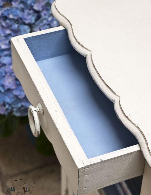 Zbliżenie na mebel, blat szafeczkipomalowana kolorem Oryginal Chalk Paint Annie Sloan