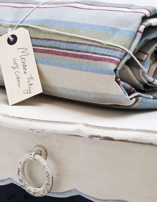 Blat szafeczki pomalowany kolorem Oryginal Chalk Paint Annie Sloan z przetarciami na rantach