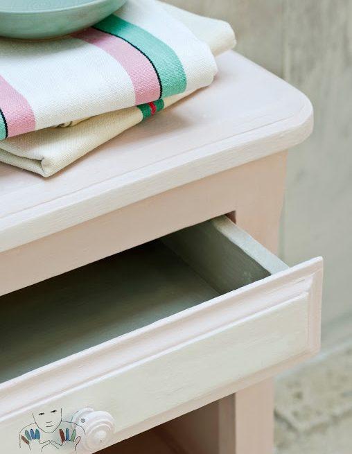 zbliżenie na mebel pomalowany w kolorze Antoinette Chalk Paint Annie Sloan