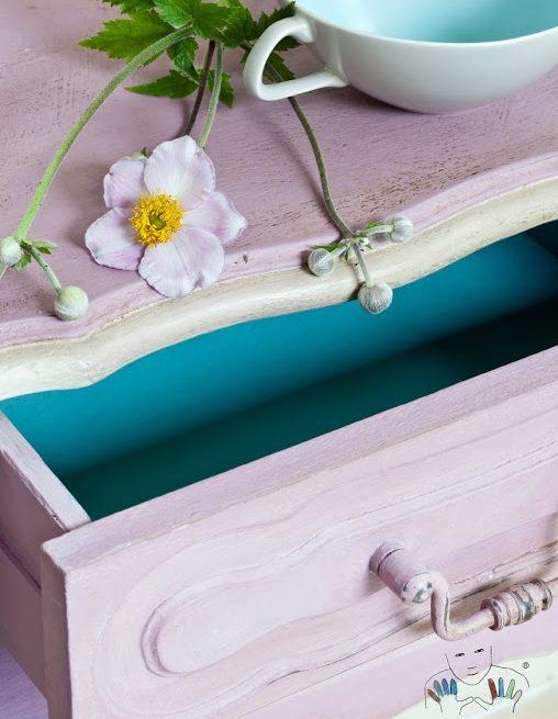 zbliżenie na mebel pomalowany w kolorze Henrietta Chalk Paint Annie Sloan