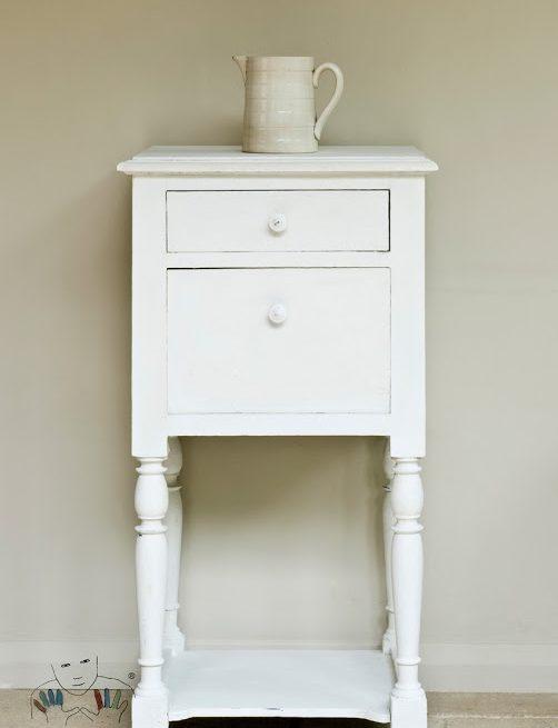 Mebel mały stolik pomalowany w kolorze Old White Stara biel