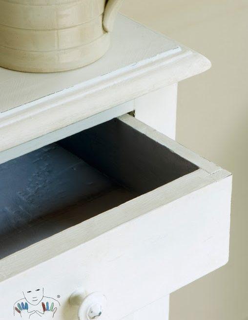 Mebel zbliżenie na stolik pomalowany kolorem Old White farba Chalk Paint Annie Sloan