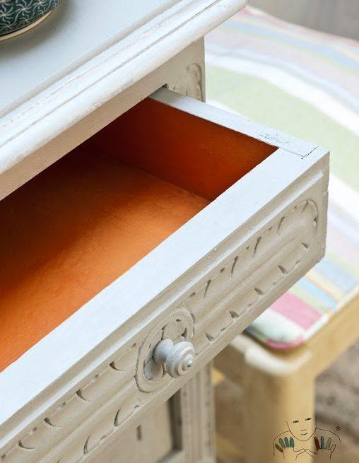 Zbliżenie na mebel w kolorze Paris Grey Chalk Paint Annie sloan