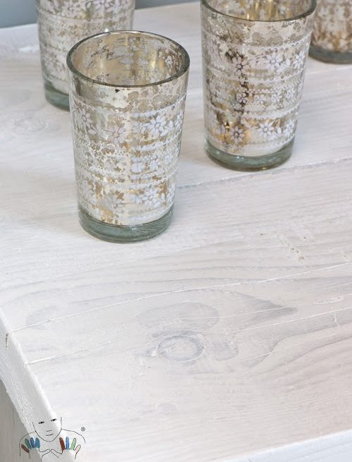 Zbliżenie na blat stołu w kolorze Pure (white) Chalk Paint