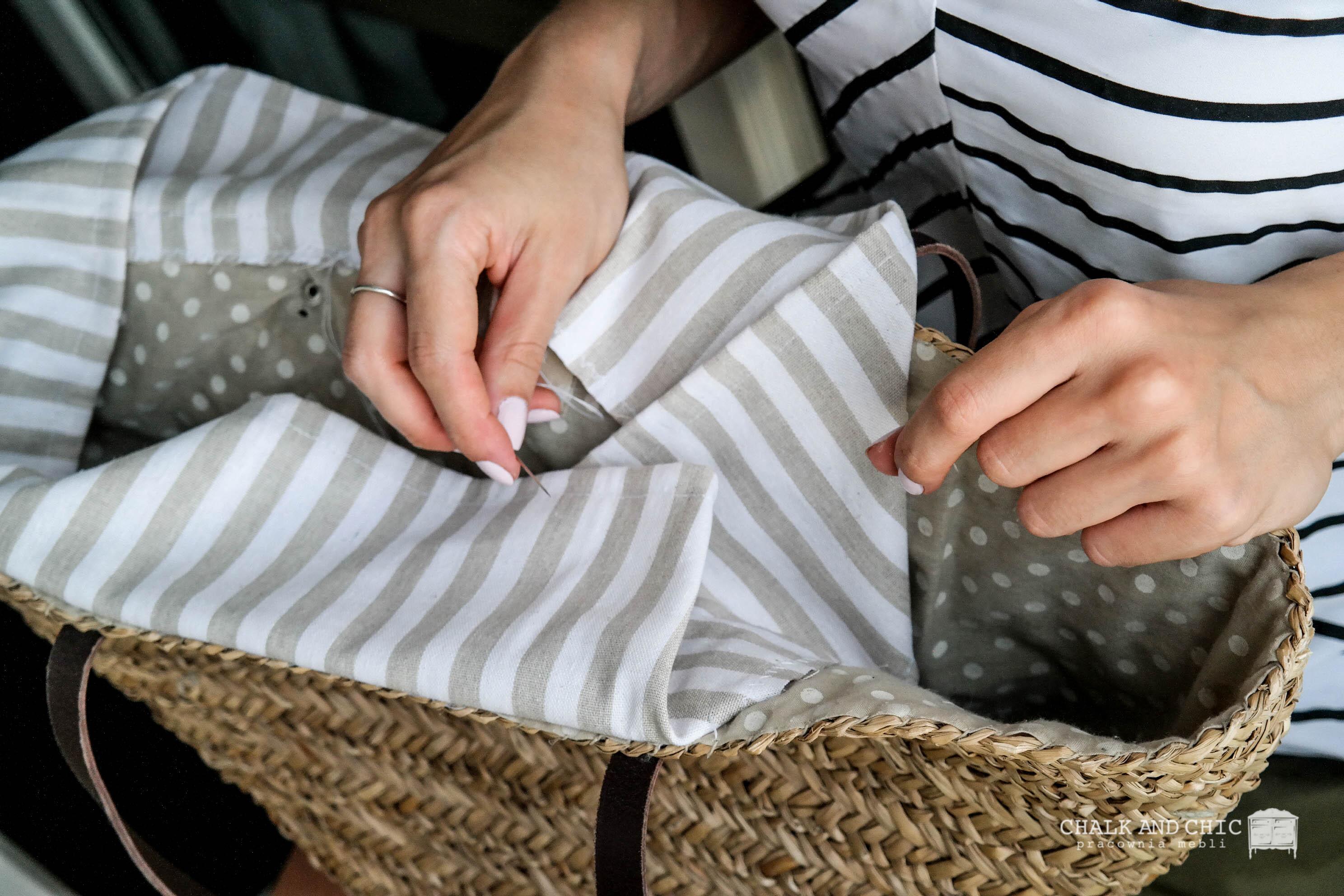 doszywanie materiału do koszyka wiklinowego