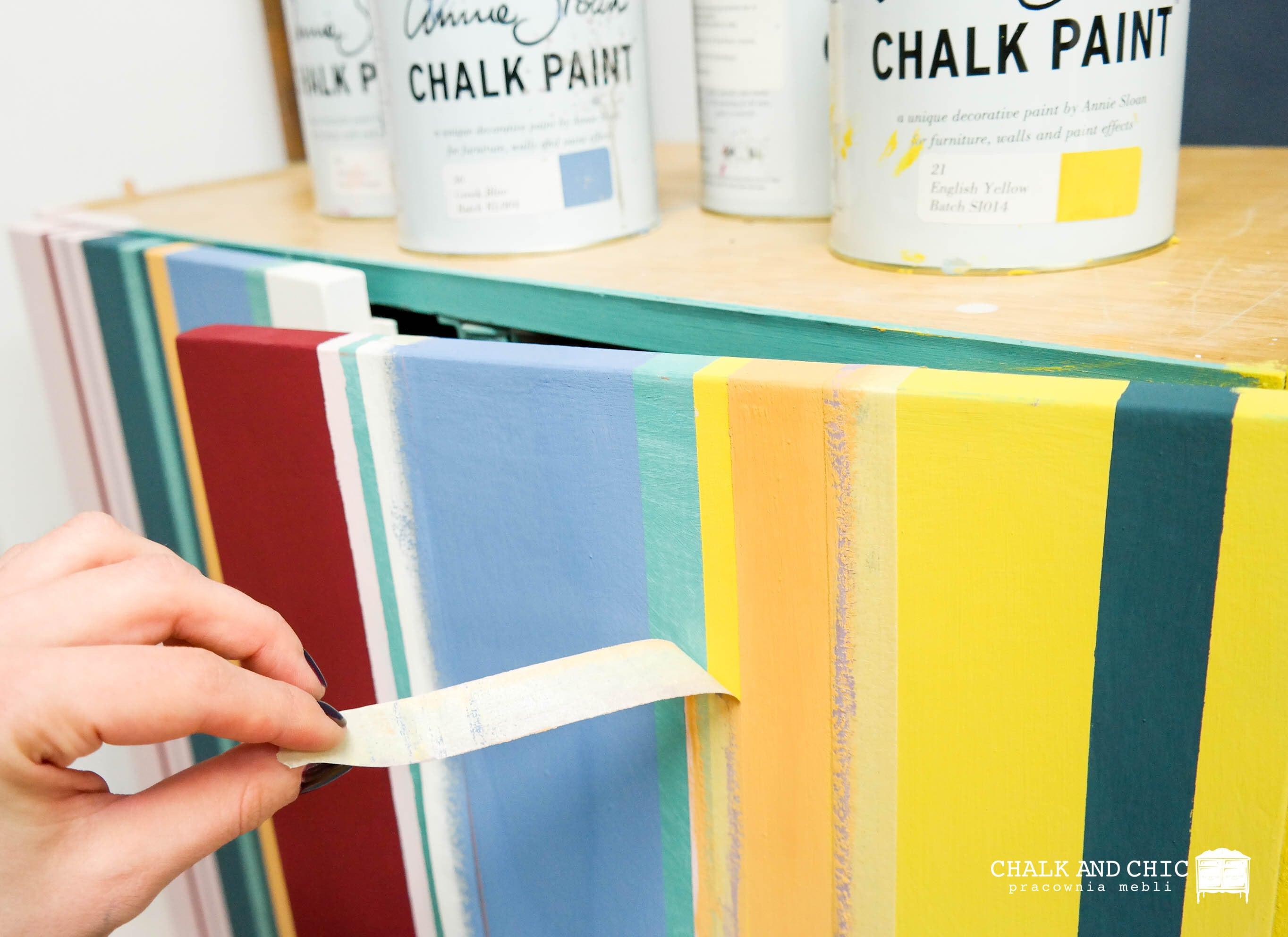 jak odnowić starą szafkę farbami kredowymi w paski
