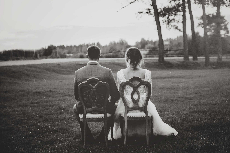 rustykalne krzesła wesele w stylu rustykalnym