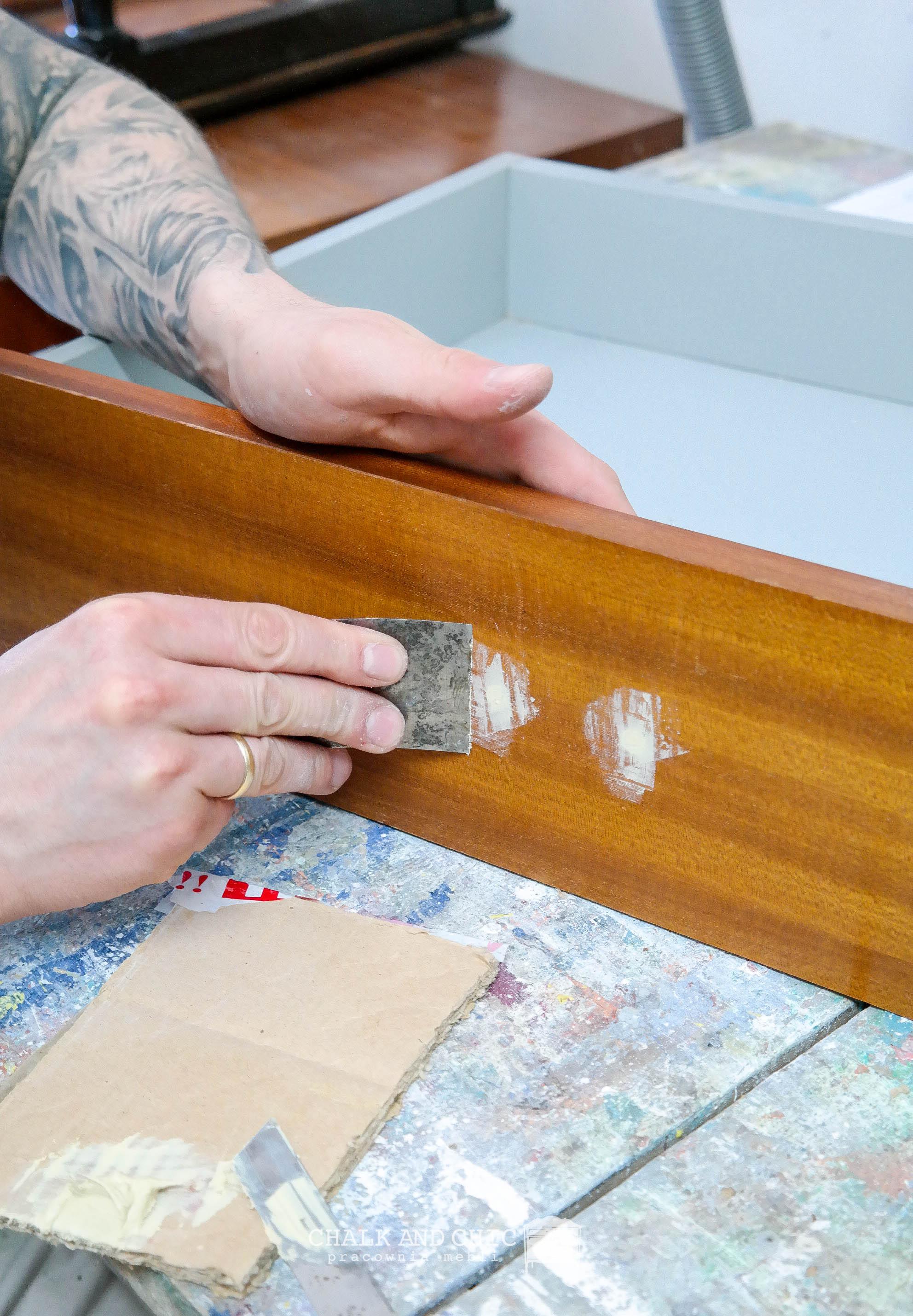 jak wypełnić dziure po starym uchwycie w meblu?